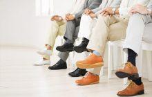 چرا انداختن پاها روی هم هنگام نشستن مضر است