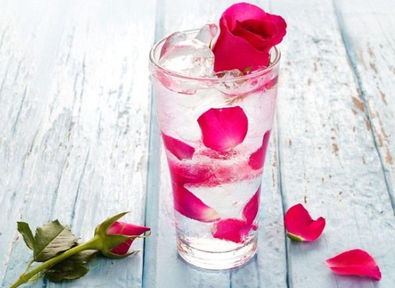 به آب نوشیدنی گلاب اضافه کنید