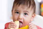 قبل از دادن موز به کودکان حتما پوست موز را بکنید